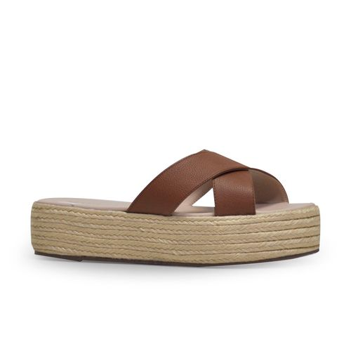 Sandalia-plana-de-color-miel